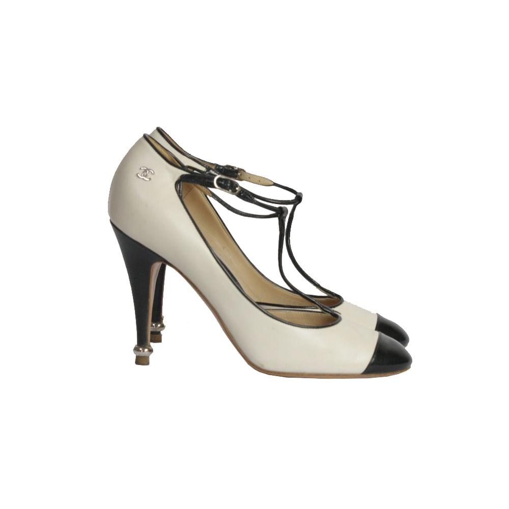 6a51a81f2 Sapato de Salto Chanel Preto e Branco | Brechó de luxo - prettynew