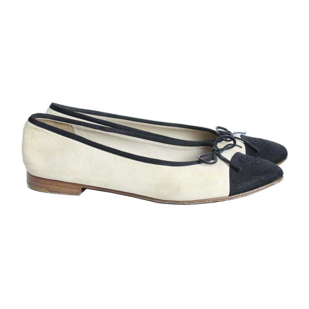 Sapatilha Chanel Classica Bicolor   Brechó de luxo - prettynew 2599bef29c