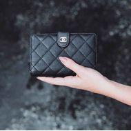 Carteira-Chanel-L-Zip-Pocket-em-Couro-Caviar-Preto