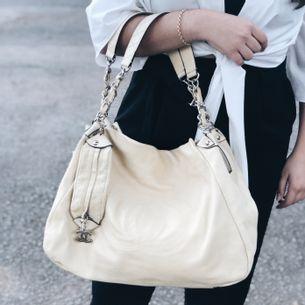 1794-Bolsa-Chanel-Couro-Liso-Creme-Verso