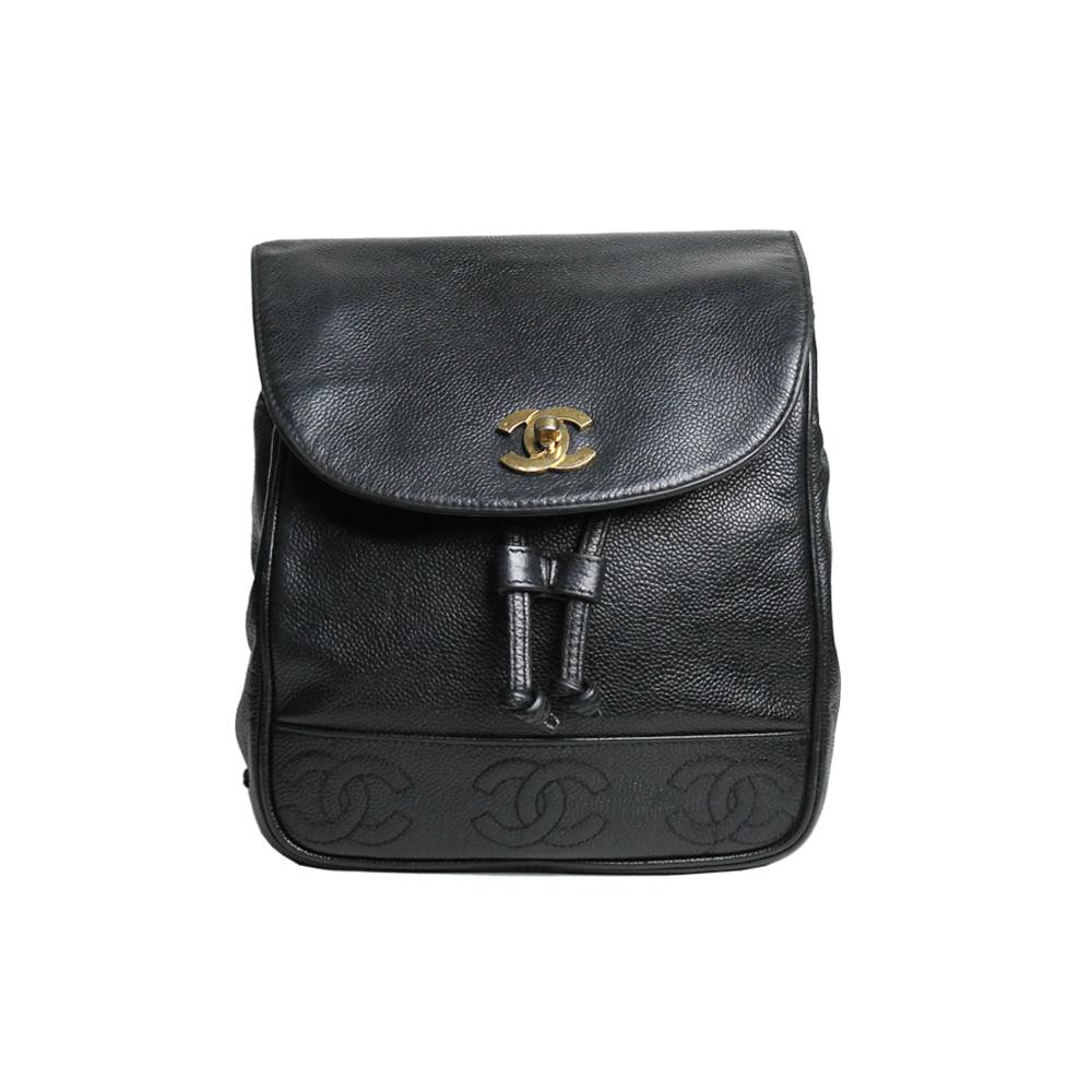 Mochila Chanel Vintage Couro Preto   Brechó de luxo   Pretty New - prettynew 1044e276c5