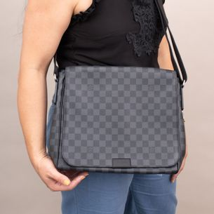 63467-Pasta-Louis-Vuitton-District-PM-Damier-Graphite-verso